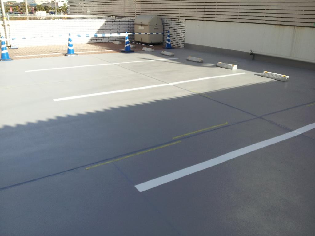 駐車場に塗床施工中