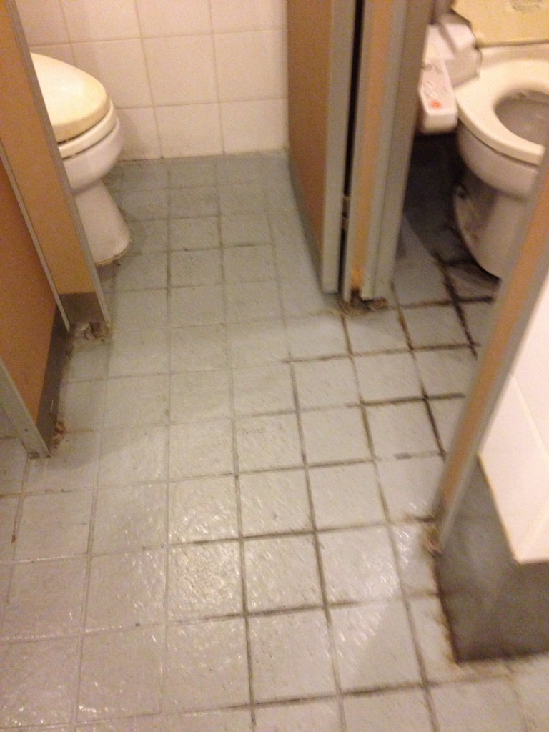 居酒屋のトイレ床塗装調査中
