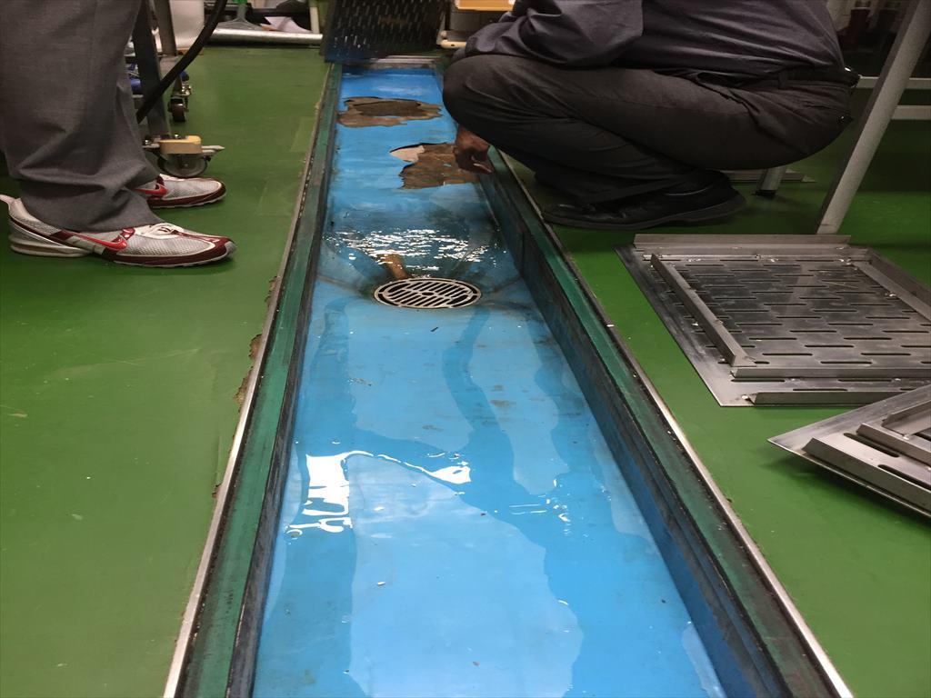製菓学校教室側溝に塗り床工事