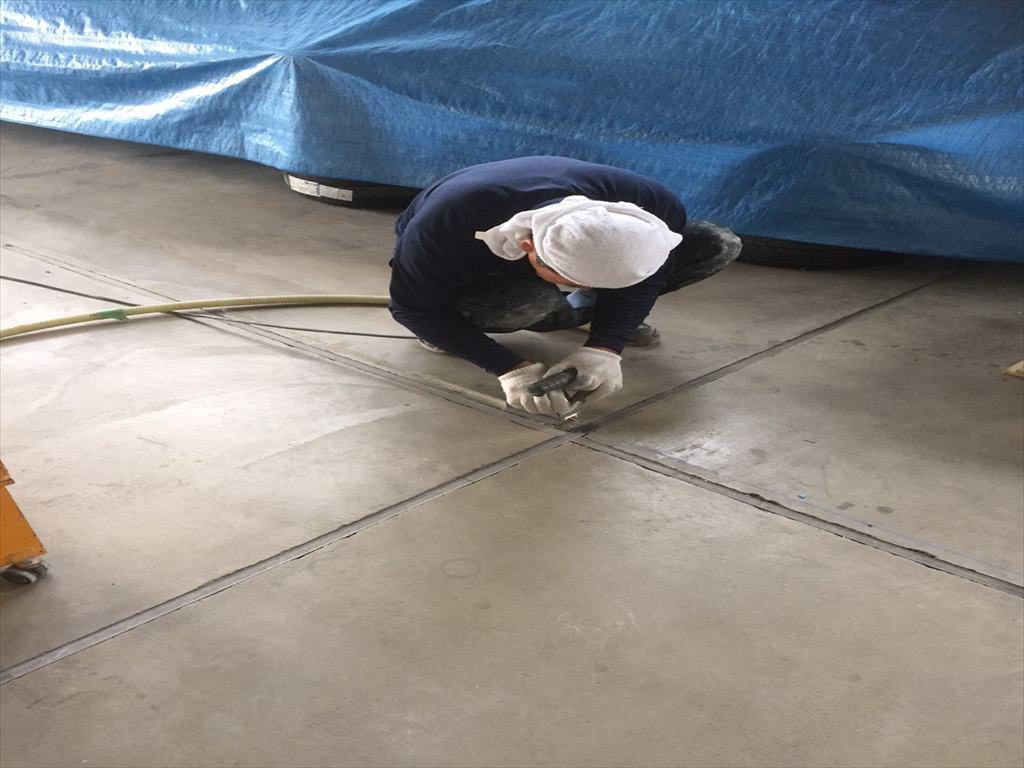 東京都江戸川区の自動車ディーラーの洗車場塗り床(床塗装)工事|ケミクリートEPカラークリートMSペースト工法:短工期工法