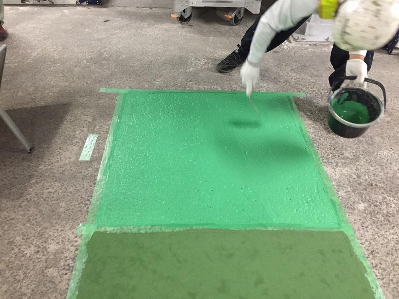 スムースコート、セルフコート試験施工塗装中