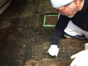 東京都中野区のおそば屋さん厨房床タイル剥離状態