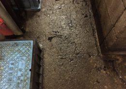 新橋の雑居ビルゴミ置き場コンクリートの侵食