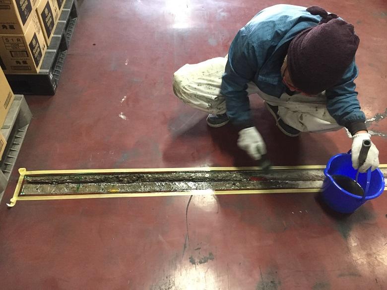 東京都八王子市の酒類倉庫|コンクリート床目地の段差塗床補修工事(ケミクリートMSモルタル工法)