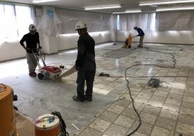 東京都八王子市の工場|長尺塩ビシート床を剥がし塗床(床塗装)へ改修:ケミクリートEペースト工法