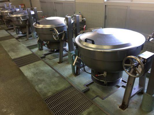 埼玉県上尾市の給食室(厨房)回転釜下コンクリート床|水性硬質ウレタン塗床:タフクリートMHを施工
