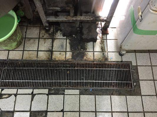 埼玉県狭山市の飲食店(そば屋) 厨房剥離タイル床を耐熱塗床に改修:タフクリートMH