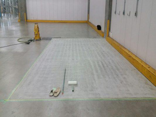 千葉県市川市の配送センター倉庫|フォークリフト充電エリアに塗床(床塗装)工事:ケミクリートEコーティング工法