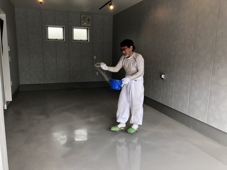 埼玉県戸田市のガレージハウス|駐車場のコンクリート床に塗床(床塗装)工事:ケミクリートEペースト防滑工法