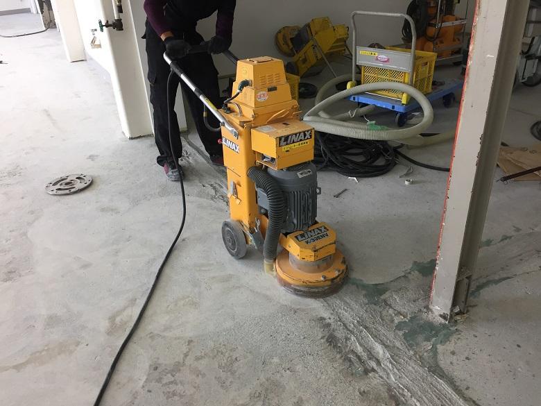 長野県茅野市のイトウパーツ工業株式会社様(自動車部品工場)|長尺塩ビシートを剥がしてコンクリート床に塗床(床塗装)工事:ケミクリートE