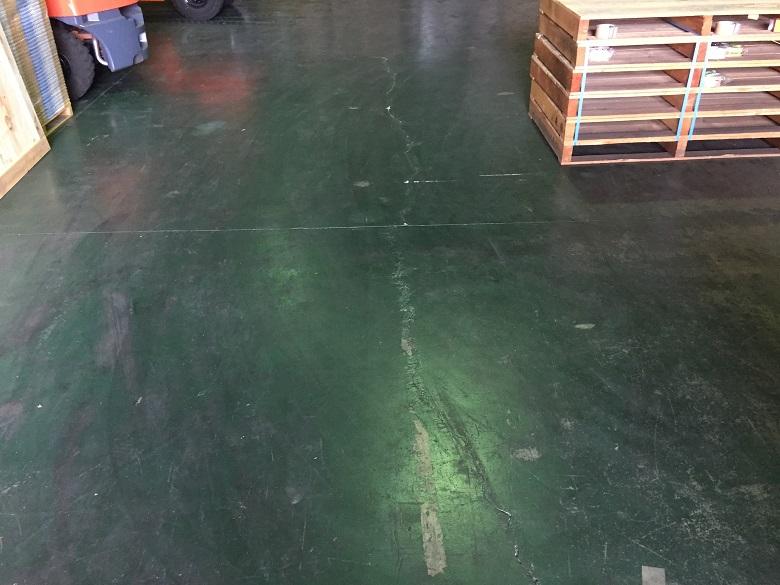 埼玉県入間郡三芳町の物流倉庫(配送センター)|コンクリート床のクラックを処理して防塵塗装:ケミクリートEPカラー