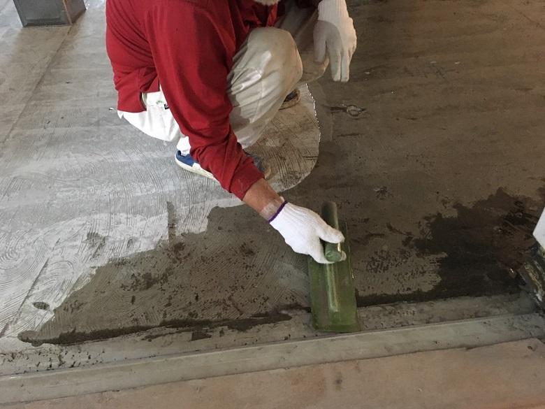 東京都世田谷区の学校:給食室(厨房)塗床工事:ケミクリートEペースト防滑工法(エービーシー商会)