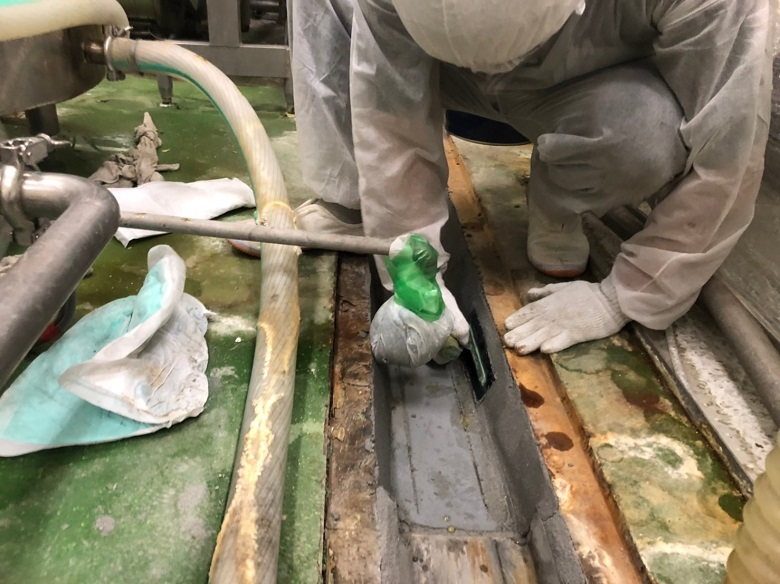 栃木県の食品工場|側溝の腐食コンクリートをタフクリートMH(耐熱床塗装)で補修