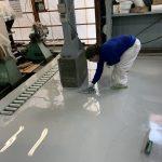 墨田区の工場でエポキシ樹脂塗床施工中の画像