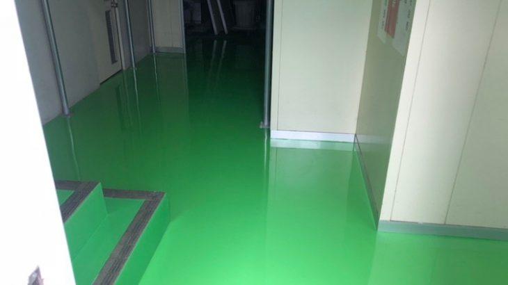 エポキシ塗床の上塗り時の画像