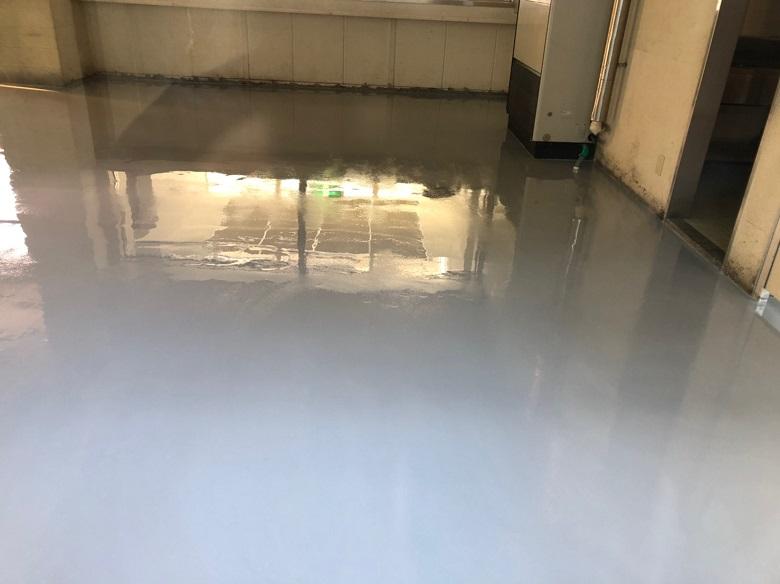 床の中塗り塗装(ケミクリートE)