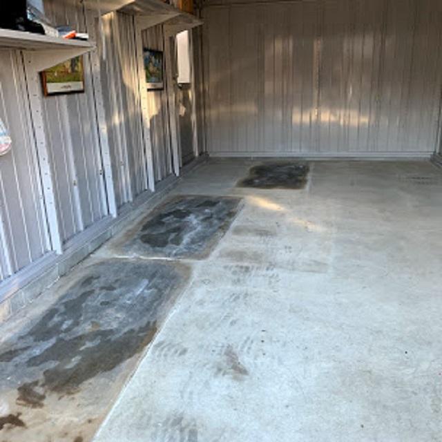 ガレージ内の濡れた床