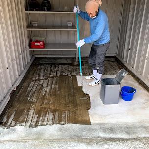 ガレージの床塗装中