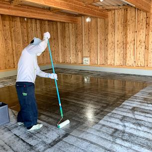 床塗装工事中のプライマー塗装
