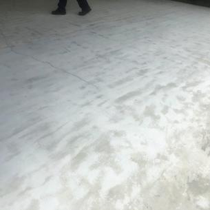 倉庫内の荷物を汚す床コンクリート