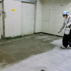 コンクリート表面強化剤を塗布