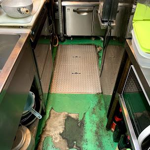 厨房の床塗装の剥がれ
