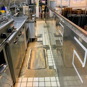 ラーメン屋厨房の床塗装塗り替え前の現場調査